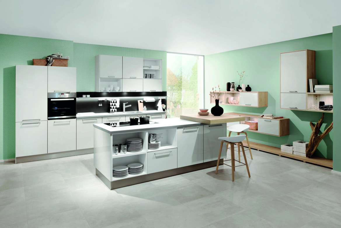 Moderne Küche mit erhöhter Arbeitsplatte