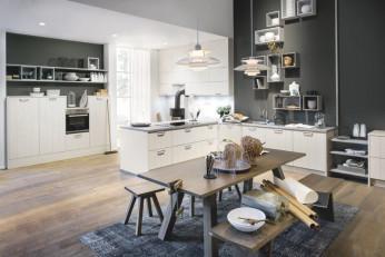 Moderne Küche in dunklem Farbton