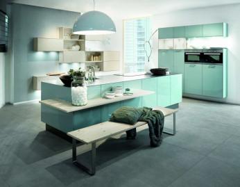 Moderne Küche in kühlen Front-Farben